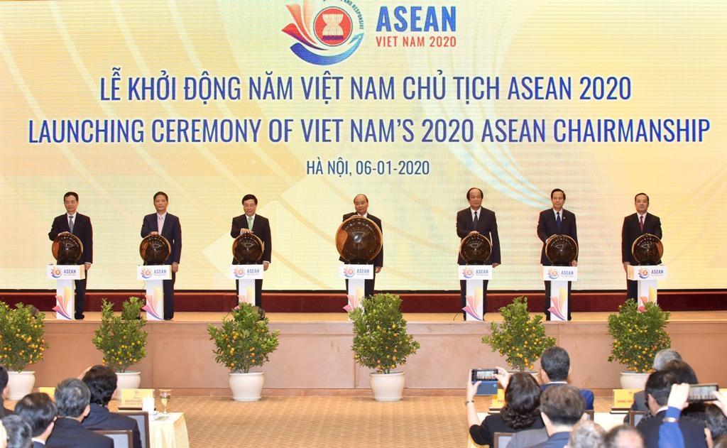 Phụ trách Hội đồng thành viên, Tổng Giám đốc Tập đoàn Phạm Đức Long đã cùng với Thủ tướng Nguyễn Xuân Phúc, Chủ tịch ASEAN 2020 và các đại biểu đã thực hiện nghi thức bấm nút khai trương website ASEAN 2020. Đây là website do chính các kỹ sư VNPT xây dựng.