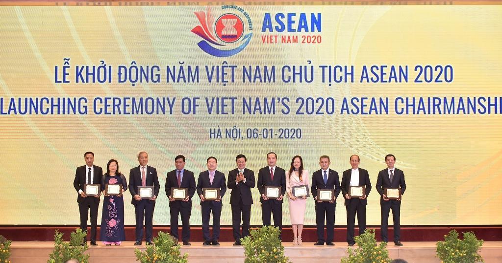 Phụ trách Hội đồng thành viên, Tổng Giám đốc Tập đoàn Phạm Đức Long đã được Phó Thủ tướng, Chủ tịch UBQG ASEAN 2020 Phạm Bình Minh trao danh vị đơn vị tài trợ đặc biệt Năm Chủ tịch ASEAN 2020.
