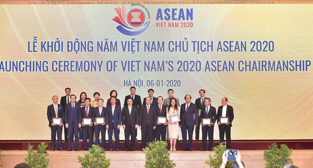 Thủ tướng Nguyễn Xuân Phúc chụp ảnh lưu niệm với các nhà tài trợ.