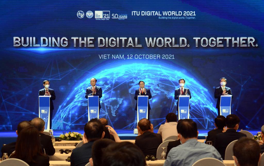 Thủ tướng Chính phủ cùng các đại biểu bấm nút chính thức khai mạc ITU Digital World 2021