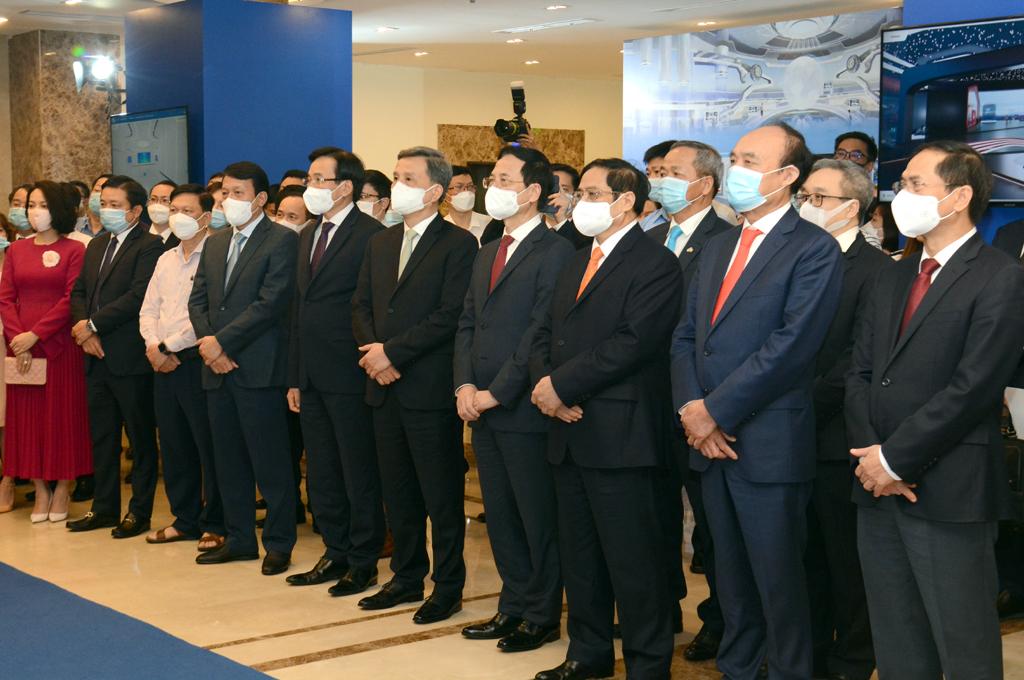 Tổng giám đốc Tập đoàn Huỳnh Quang Liêm (thứ 2 từ trái sang) cùng Thủ tướng Chính phủ và các quan khách trong không gian triển lãm