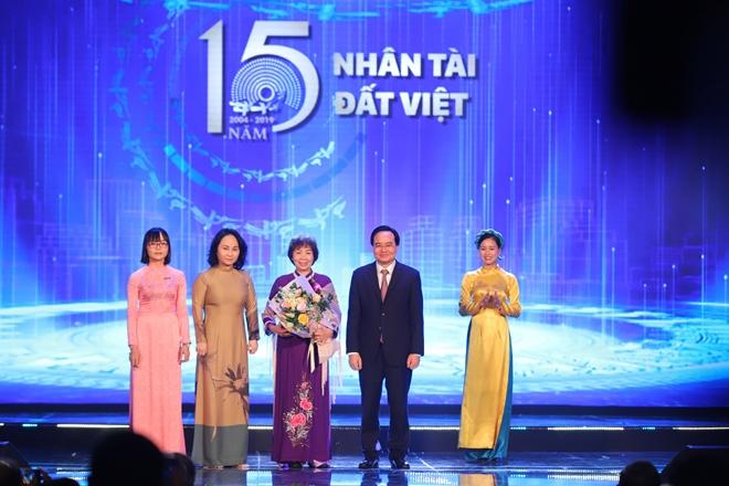 Bộ trưởng Bộ GD&ĐT Phùng Xuân Nhạ trao giải thưởng cho các tác giả về lĩnh vực môi trường.
