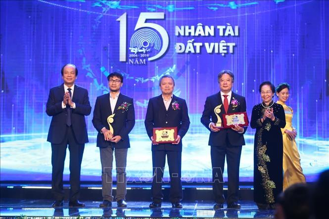 Bộ trưởng, Chủ nhiệm Văn phòng Chính phủ Mai Tiến Dũng và nguyên Phó Chủ tịch nước Nguyễn Thị Doan trao giải Nhất cho công trình thuộc lĩnh vực Y dược.