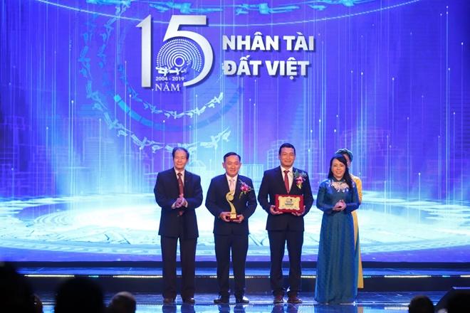 Bộ trưởng Y tế Nguyễn Thị Kim Tiến trao giải thưởng trong lĩnh vực Y tế cho tác giả.