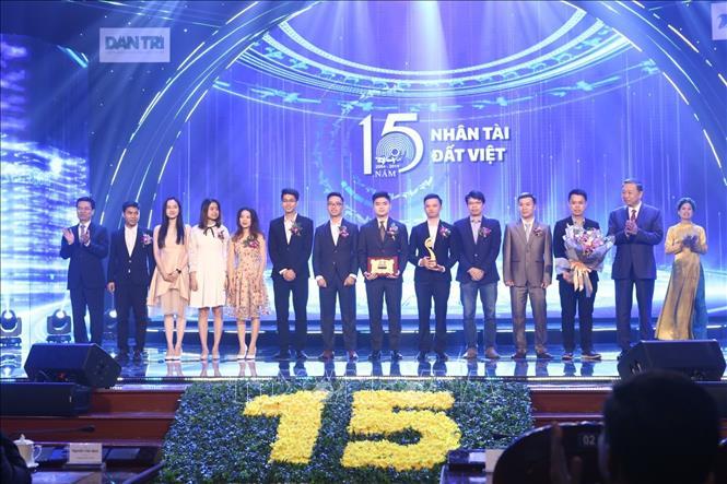 Đồng chí Tô Lâm, Ủy viên Bộ Chính trị, Bộ trưởng Bộ Công an và ông Nguyễn Mạnh Hùng, Bộ trưởng Bộ Thông tin và Truyền thông trao giải Nhất cho cụm công trình thuộc lĩnh vực CNTT.