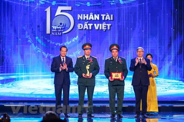 Bộ trưởng Lao động, Thương binh và Xã hội Đào Ngọc Dung cùng GS. Đặng Vũ Minh, Chủ tịch Liên hiệp các Hội Khoa học và Kỹ thuật Việt Nam trao giải thưởng trong lĩnh vực Khoa học Công nghệ