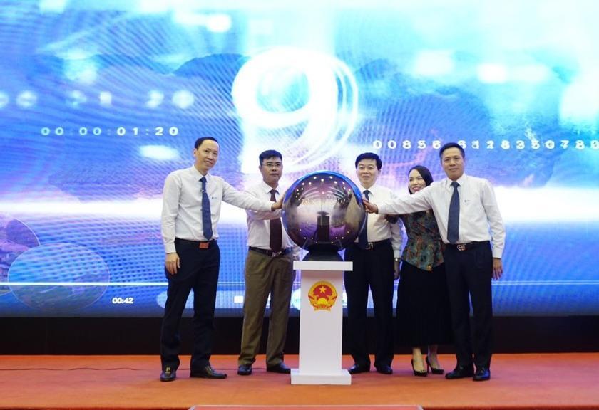 Đại điện lãnh đạo Tập đoàn VNPT và lãnh đạo tỉnh Hòa Bình nhấn nút khai trương Hệ thống du lịch Thông minh.