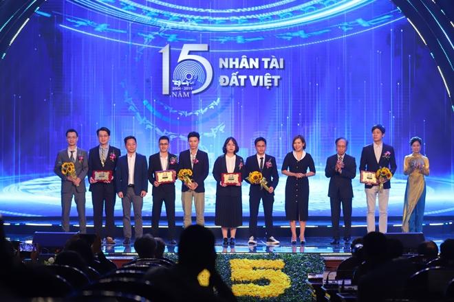 Nhóm các tác giả đạt giải Khuyến khích lĩnh vực Công nghệ thông tin 2019.