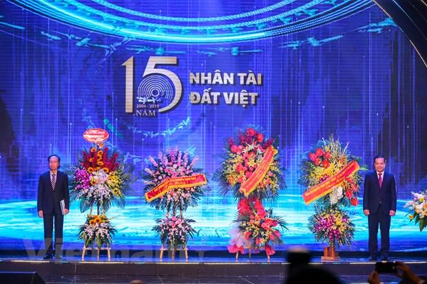 Thủ tướng Chính phủ Nguyễn Xuân Phúc, Phó Thủ tướng Chính phủ Vương Đình Huệ và Bí thư Thành ủy Thành phố Hồ Chí Minh Nguyễn Thiện Nhân đã gửi những lẵng hoa chúc mừng thành công của Giải thưởng